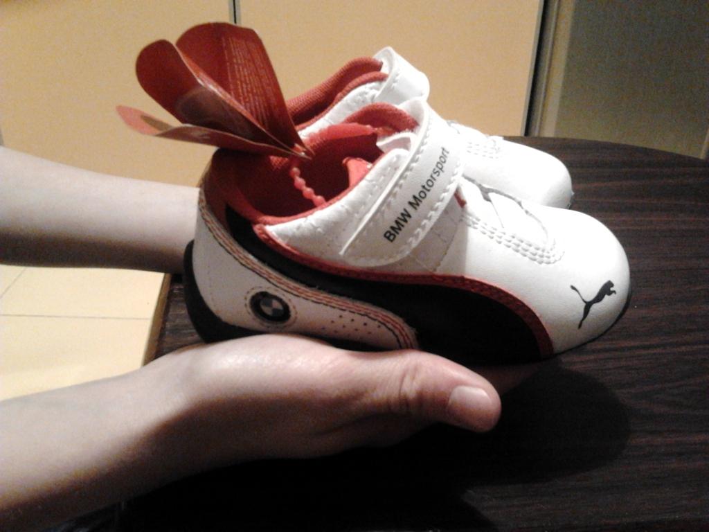 Кроссовки на руке ребёнка