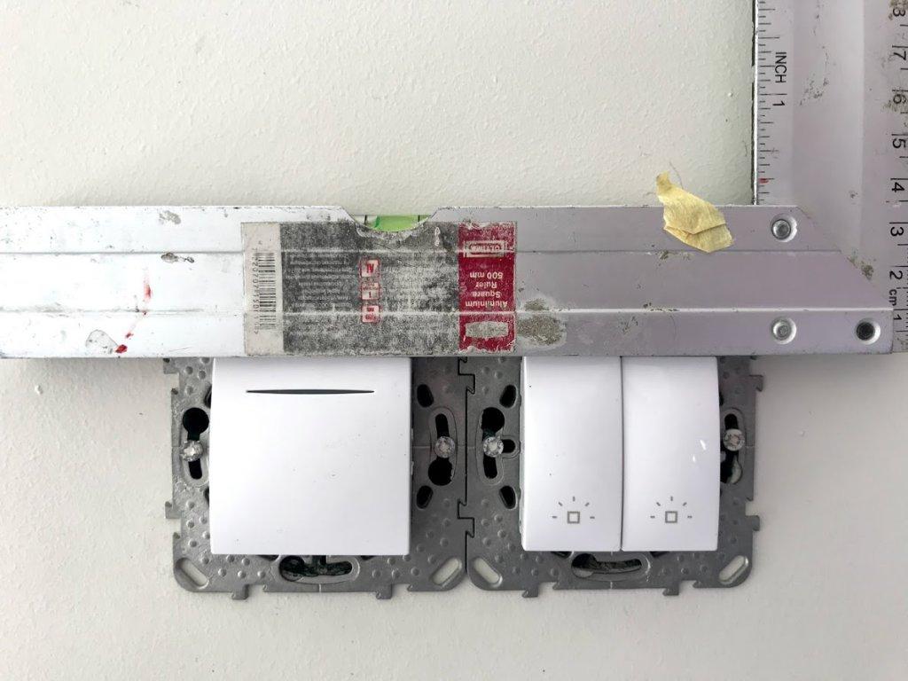 Инструентов у рабочих нет, отверстия в стенах вместо дрели делают отвертками, IdealRemont