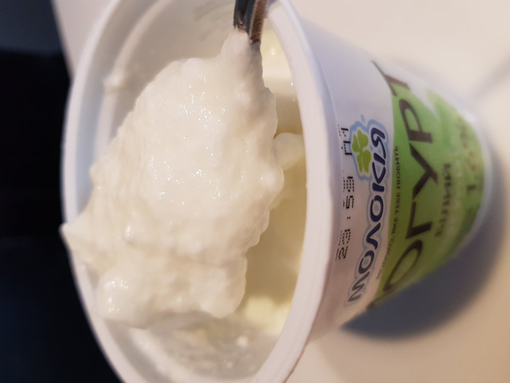 Молокия - Йогурт белый 1.6% внутри какая-то манная каша